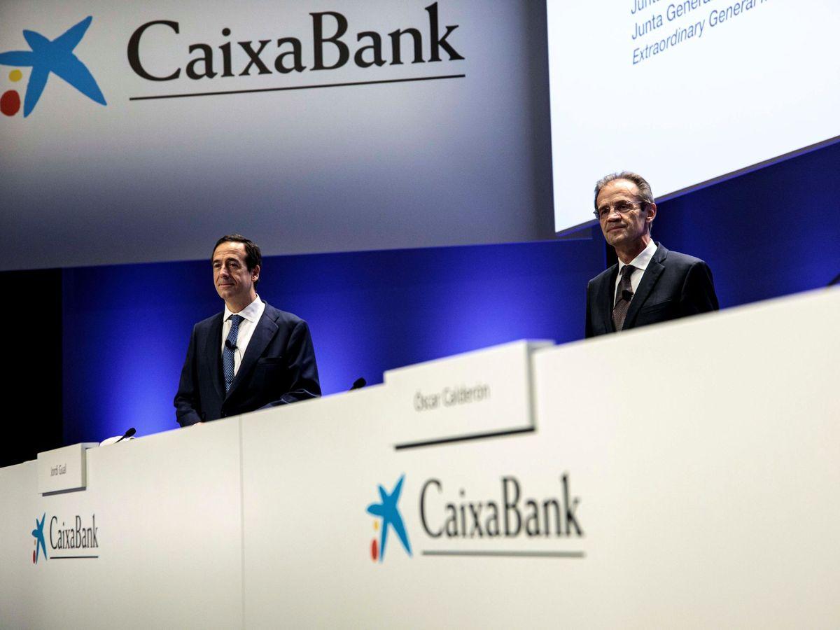 Foto: Gonzalo Gortázar (i), CEO de CaixaBank, y Jordi Gual, presidente. (EFE)