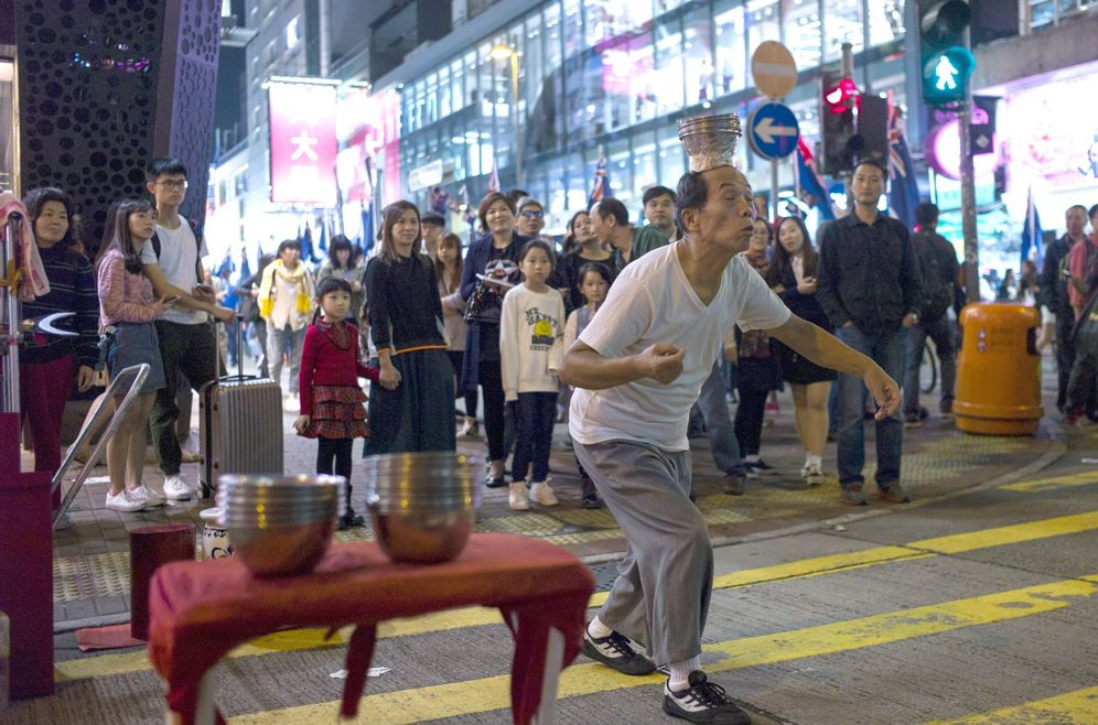 Foto: Un artista callejero actúa en el distrito de Mongkok de la ciudad china de Hong Kong, el pasado 10 de diciembre. (EFE)