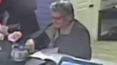 La policía de Massachusetts pide ayuda en Facebook para localizar a una anciana que roba propinas