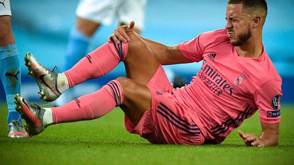 Foto: Eden Hazard se duele de la pierna derecha en el partido contra el Manchester City en el Etihad. (Efe)