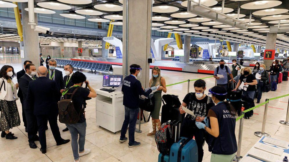 Foto: El ministro de Transportes, Movilidad y Agenda Urbana, José Luis Ábalos (2-i), visita el Aeropuerto Adolfo Suárez Madrid-Barajas. (EFE)