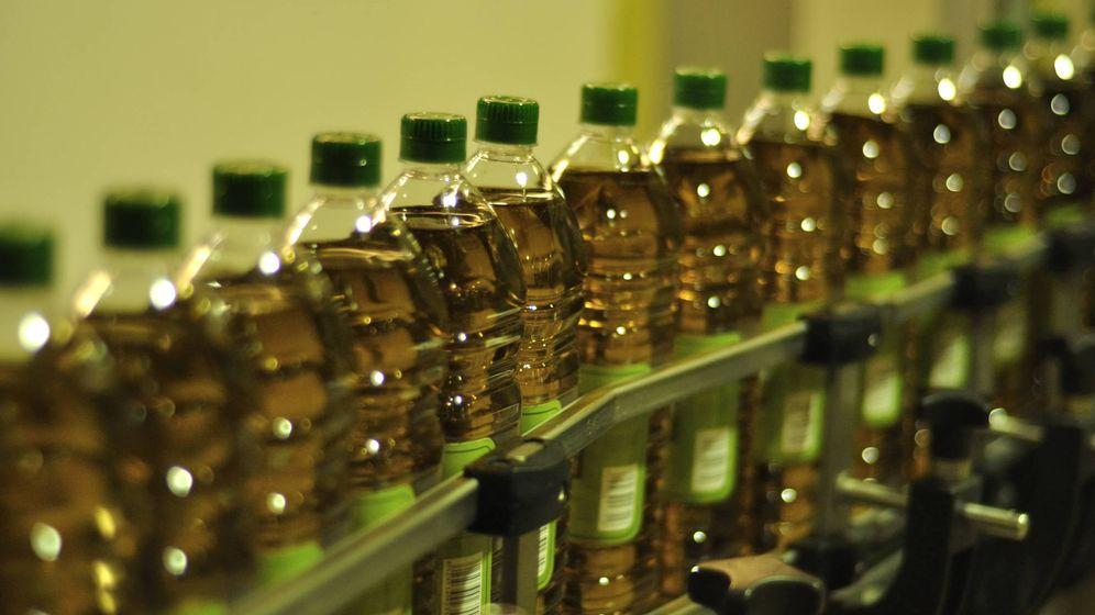 Foto: Línea de envasado de aceite de Sovena en Brenes (Sevilla). (Sovena)