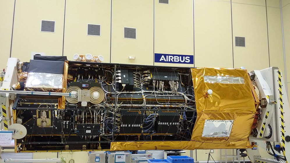 Foto: El satélite Paz, custodiado en Barajas. (EFE)