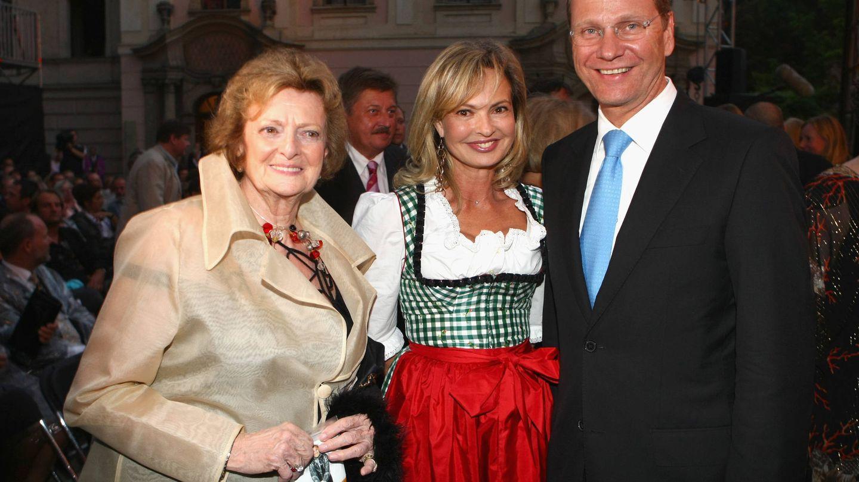 Beatrix von Schoenburg-Glauchau, Maya y Guido Westerwelle en el castilo Thurn und Taxis. (Getty)
