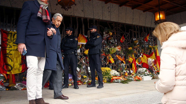 Nostálgicos del franquismo rinden tributo al dictador en el 44º aniversario de su muerte, el pasado 20 de noviembre, tras su reinhumación en el cementerio de Mingorrubio-El Pardo. (Reuters)