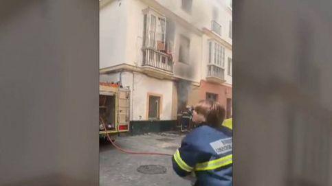 Un hombre escapa trepando del incendio en un edificio okupado en Cádiz