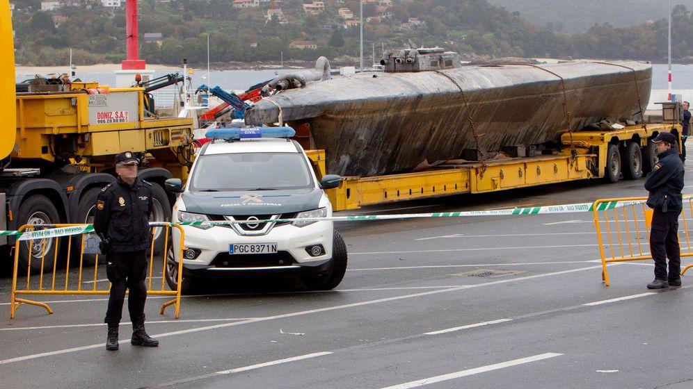 Foto: El 'narcosubmarino' hundido en la ría de Aldán (Cangas).