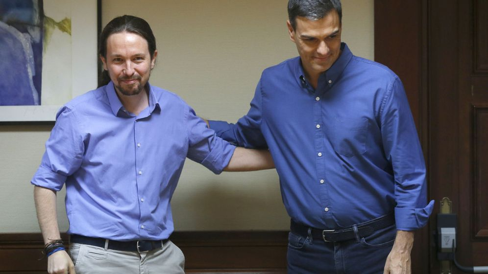 Foto: Los líderes de Podemos, Pablo Iglesias (i), y del PSOE, Pedro Sánchez, se saludan durante una reunión mantenida con sus equipos en el Congreso el pasado año. (EFE)