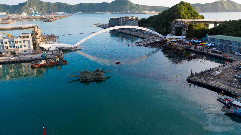 Caos en Taiwán al derrumbarse un puente cuando circulaba un camión cisterna