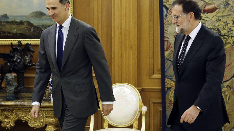 Foto: Felipe VI junto a Mariano Rajoy, en el Palacio de La Zarzuela. (EFE)
