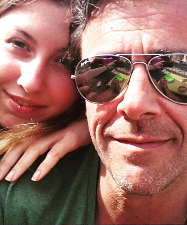 Foto: Alonso Caparrós con su hija Claudia. (RR.SS.)