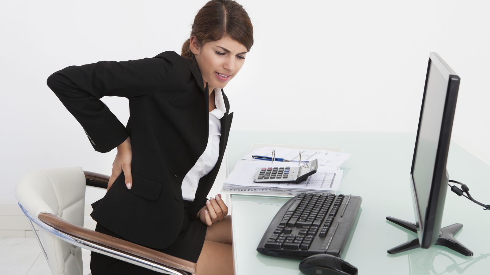 Photo: It is not your fault to work sitting for seven hours, but you are responsible for sitting badly in the chair and hurting yourself.  (iStock)