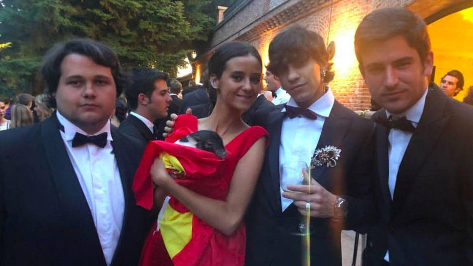 Foto: Victoria Federica con amigos, en su puesta de largo. (Redes Sociales: @tadua_wildbandana)