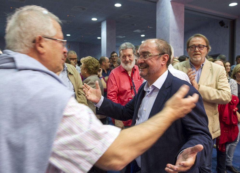 Foto: Javier Lambán, presidente de Aragón, recibe las felicitaciones de sus compañeros tras ser reelegido como secretario regional, este 8 de octubre en Zaragoza. (EFE)