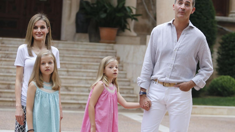 Foto: Los Reyes y sus hijas en el palacio de Marivent en 2014 (Reuters)