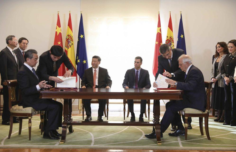 Foto: Xi Jinping y Pedro Sánchez asisten a la firma de acuerdos entre España y China. En primer plano, los ministros de Exteriores Josep Borrell y Wang Yi, este 28 de noviembre en La Moncloa. (Reuters)