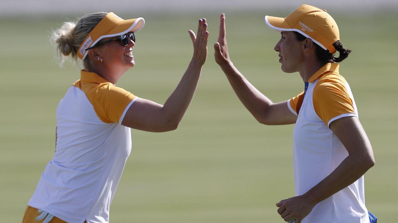 Nanna Koerstz Madsen (izquierda) y la española Carlota Ciganda, en un partido de la reciente Solheim Cup. (REUTERS)