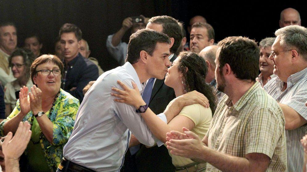 Foto: El secretario general del PSOE, Pedro Sánchez (c) saluda al público asistente a un mitin electoral. (EFE)