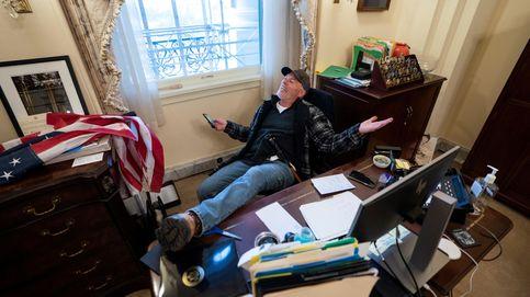 Arrestado el hombre que se fotografió en el escritorio de Pelosi