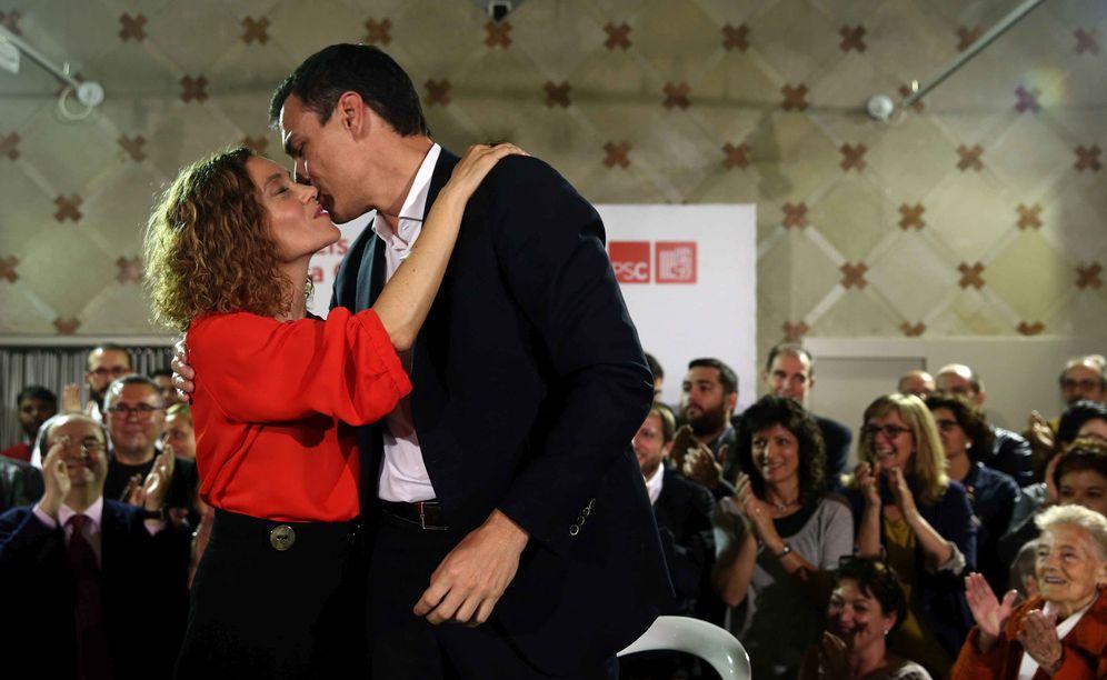 Foto: Meritxell Batet, cabeza de lista del PSC por Barcelona el 26-J, besa a Pedro Sánchez, este 12 de mayo en Barcelona (EFE)