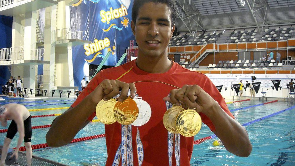 Foto: Enhamed Enhamed posa con las medallas que logró en los Campeonatos del Mundo de 2010. (EFE)