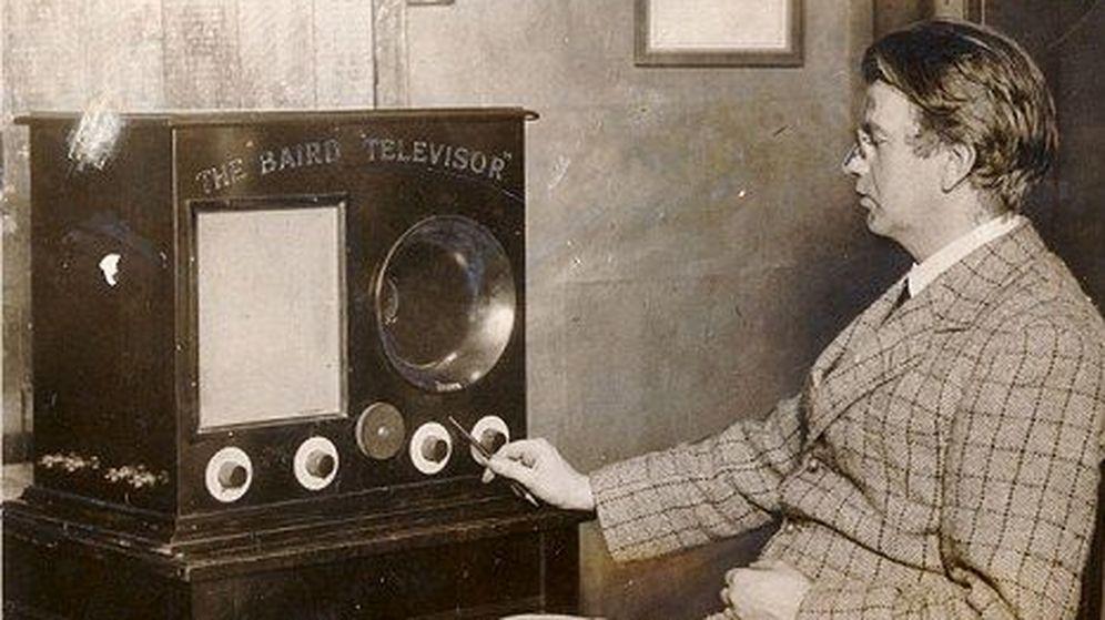 Foto: Baird, junto a su invento: la televisión mecánica (CC/Flickr/Paille)
