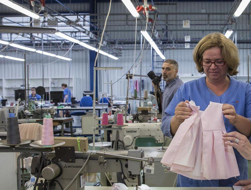 Foto: Una trabajadora de la empresa Mayoral. (EFE)