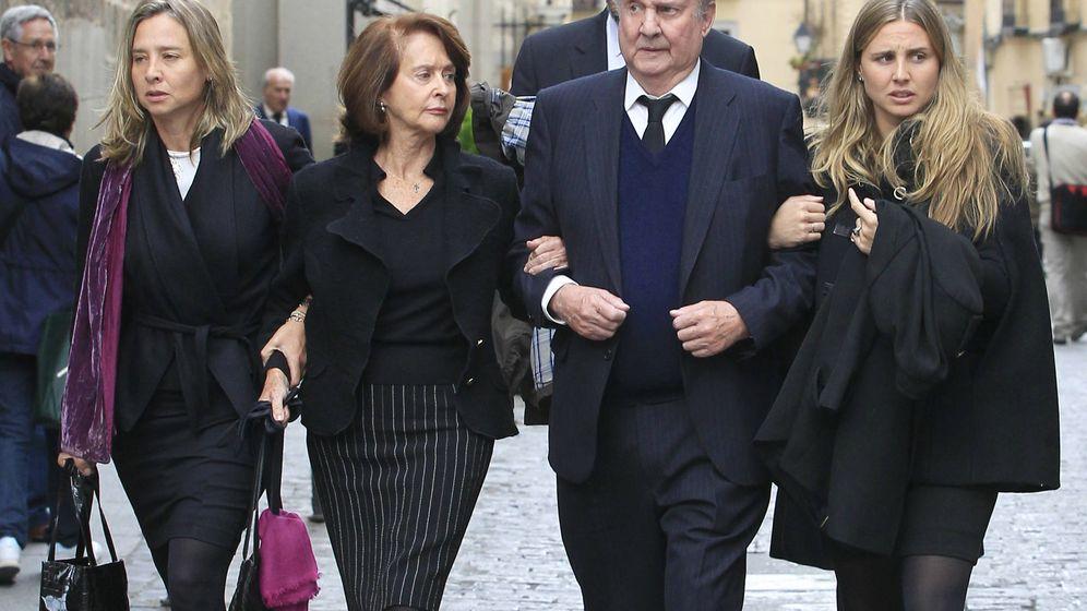 Foto:  El aristócrata, en el entierro de su hijo. (Gtres)