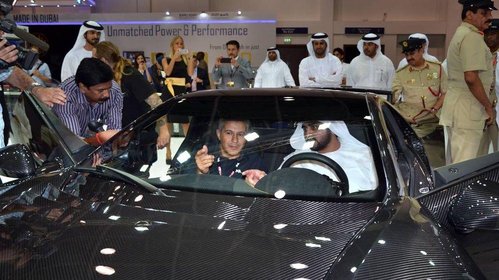 Foto: Domingo Ochoa enseña el GTA Spano a uno de los jeques herederos de Dubái. (Spania GTA)