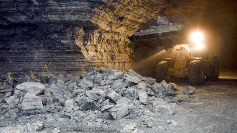 Una máquina trabaja en las minas de sal de Remolinos. (EFE)