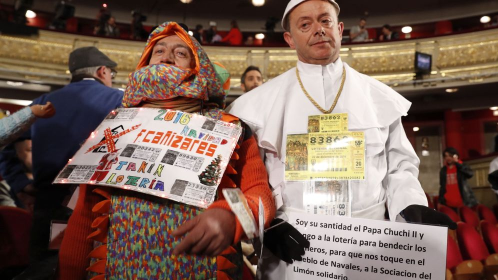 Foto: Disfraces en el Teatro Real durante el sorteo de la Lotería de Navidad (EFE)
