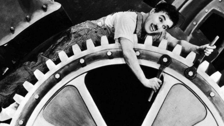 Chaplin, en un fotograma de 'Tiempos modernos'. (Warner)