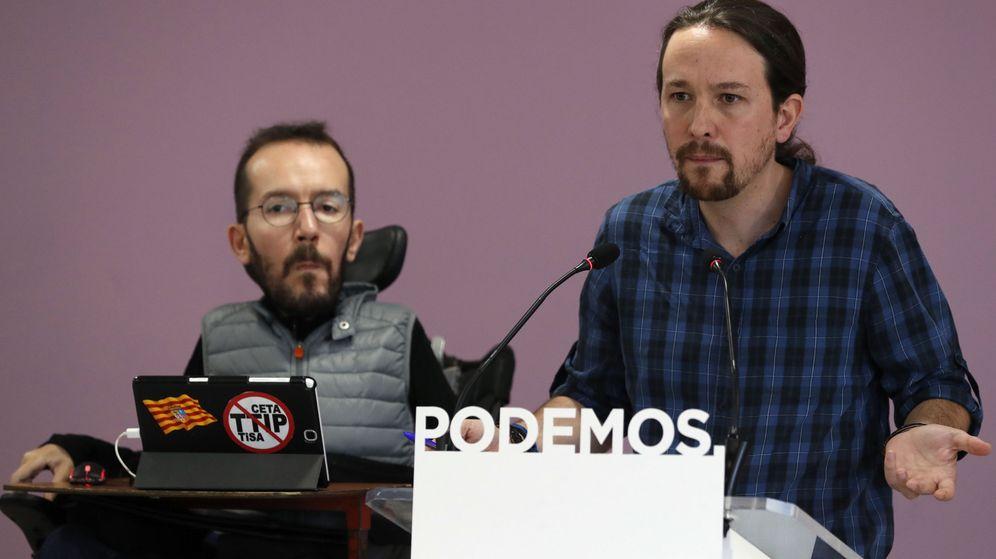 Foto: El líder de Podemos, Pablo Iglesias (d), y el secretario de Organización, Pablo Echenique, este lunes tras la reunión del consejo de coordinación. (EFE)