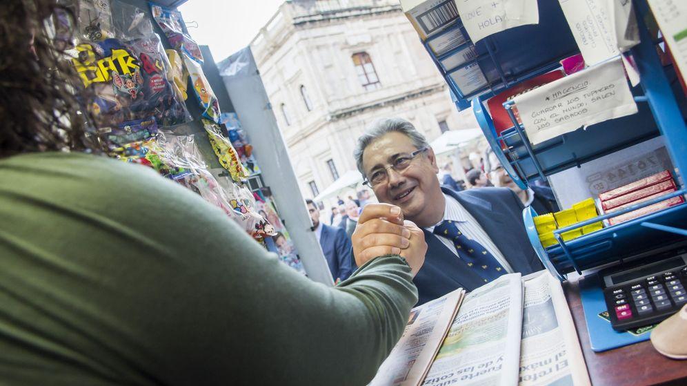 Foto: El ministro del Interior, Juan Ignacio Zoido, recorre los comercios céntricos de Sevilla. (EFE)