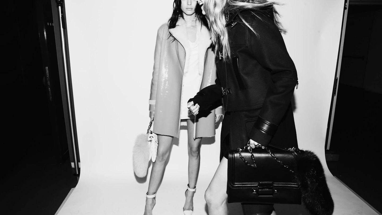 Kendall Jenner y Gigi Hadid, en el backstage de Versace. (Getty)
