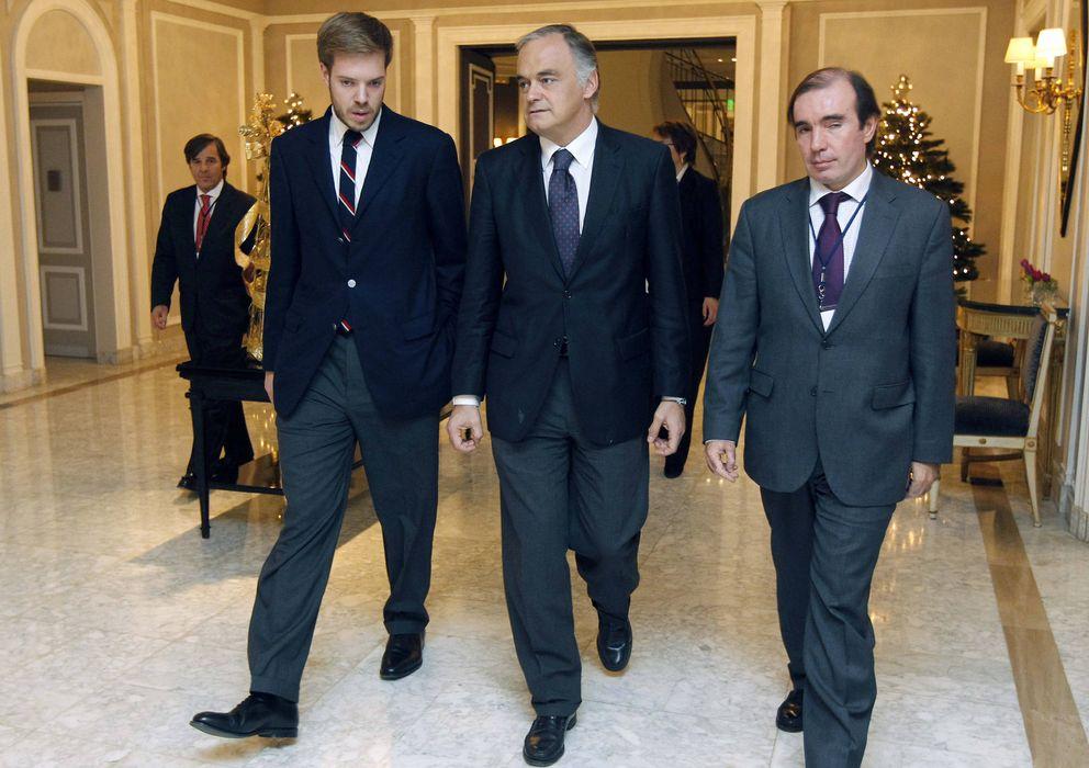 Foto: El presidente de Zeta, Antonio Asensio Mosbah (izquierda), junto a Esteban González Pons durante una presentación de AEDE. (EFE)