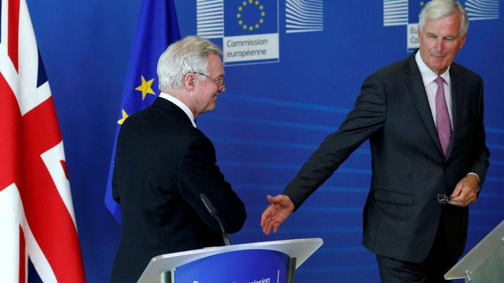 Foto: El negociador británico, David Davis, y el representante de la UE, Michel Barnier, se preparan para una rueda de prensa en Bruselas. (Reuters)