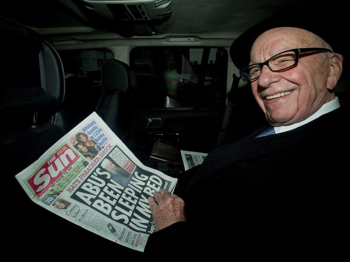 Foto: Rupert Murdoch leyendo 'The Sun'. (EFE)