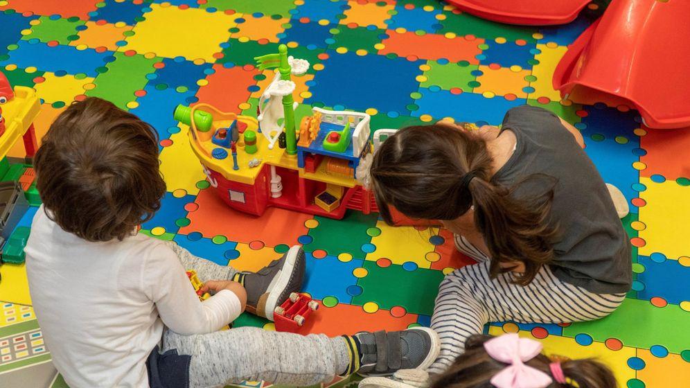 Foto: Un grupo de niños juega en una guardería. (EFE)