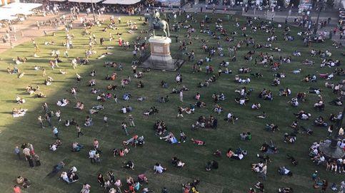 Los madrileños se lanzan al césped de la Plaza Mayor: Que se quede así
