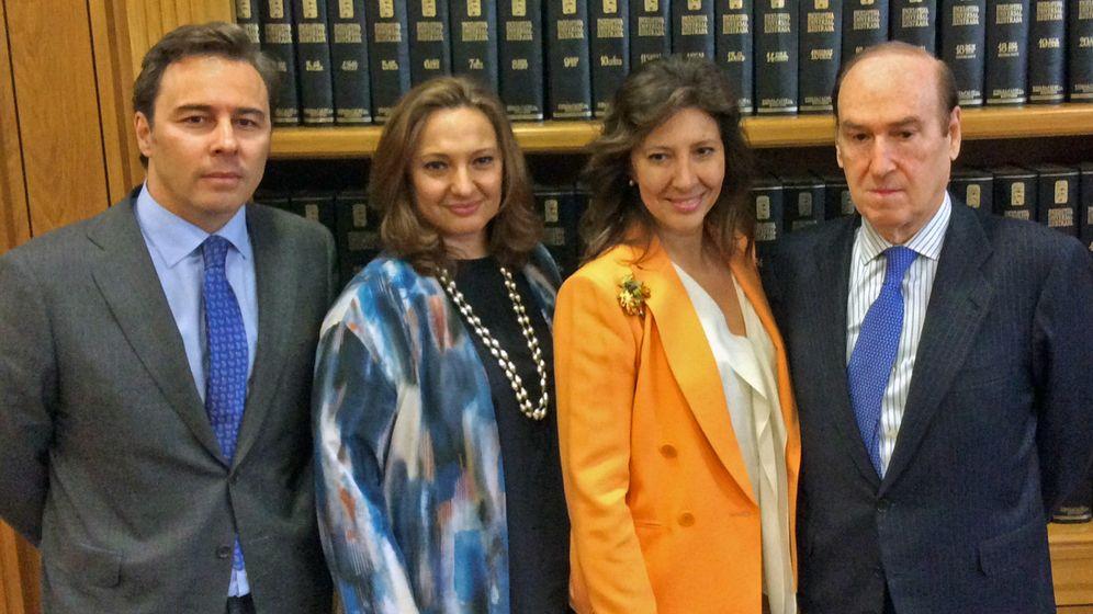 Foto: El presidente de El Corte Inglés, Dimas Gimeno, las hijas de Isidoro Álvarez, Marta (2i) y Cristina y Florencio Lasaga. (Fundación Ramón Areces)