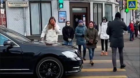 Esto es lo que pasa en Rusia cuando paras tu coche sobre un paso de cebra