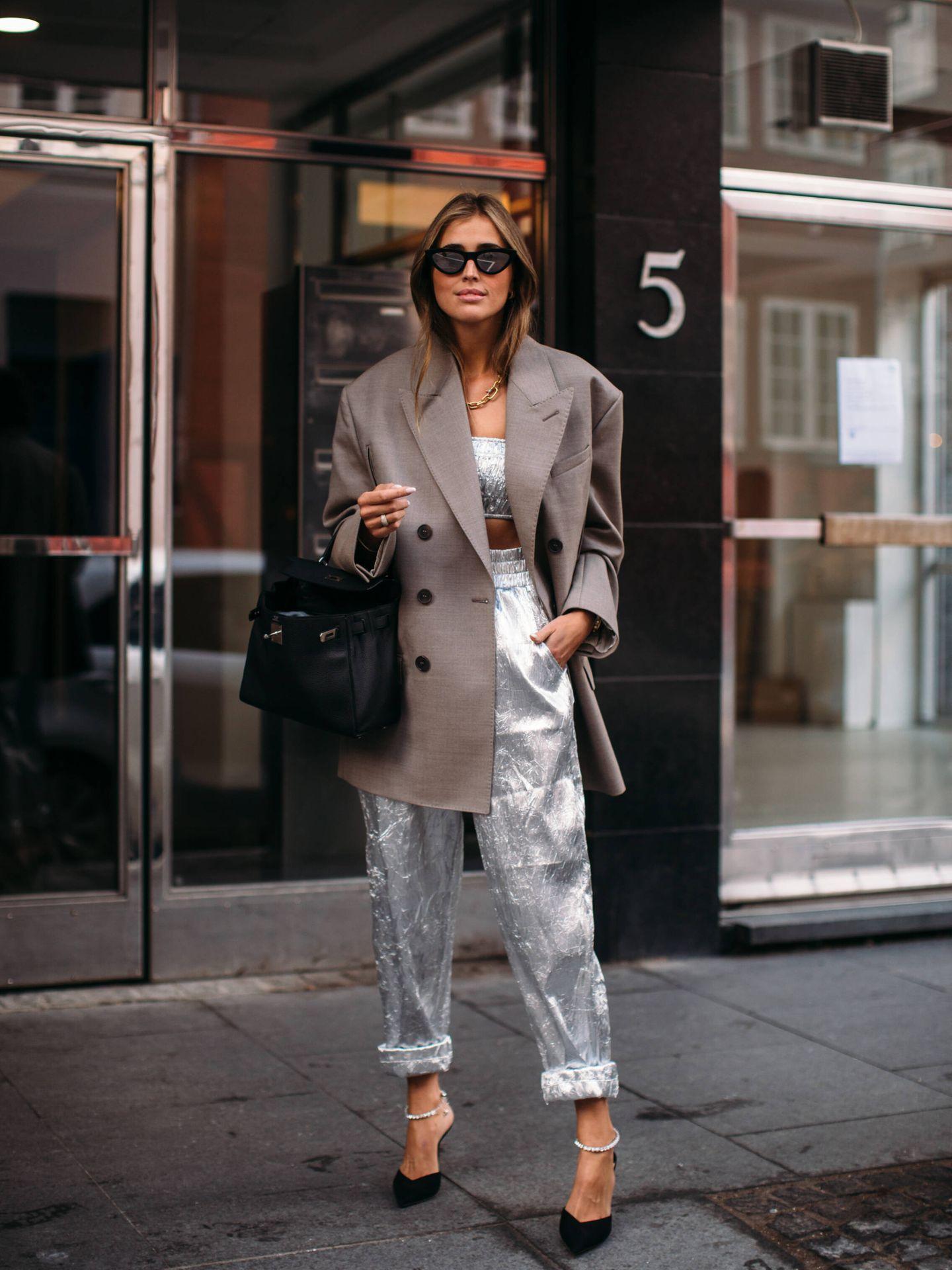 Una blazer XL sobre un look metalizado. (Imaxtree)