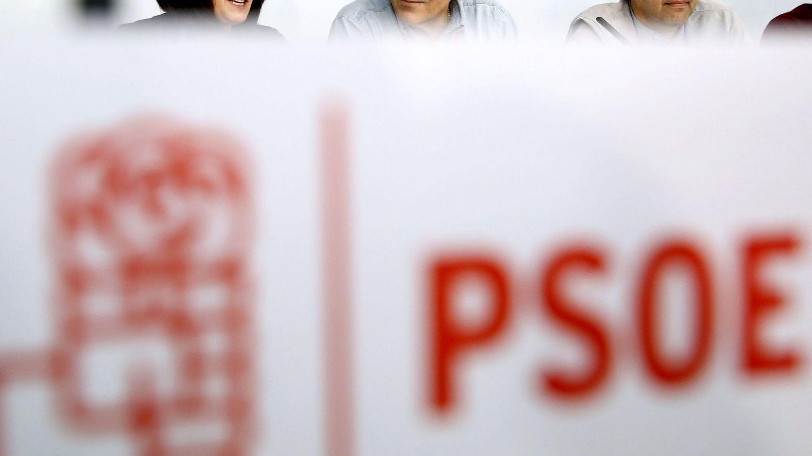 Foto:  El presidente de la gestora del PSOE, Javier Fernández, flanqueado por Mario Jiménez y Ascen Godoy. (Efe)