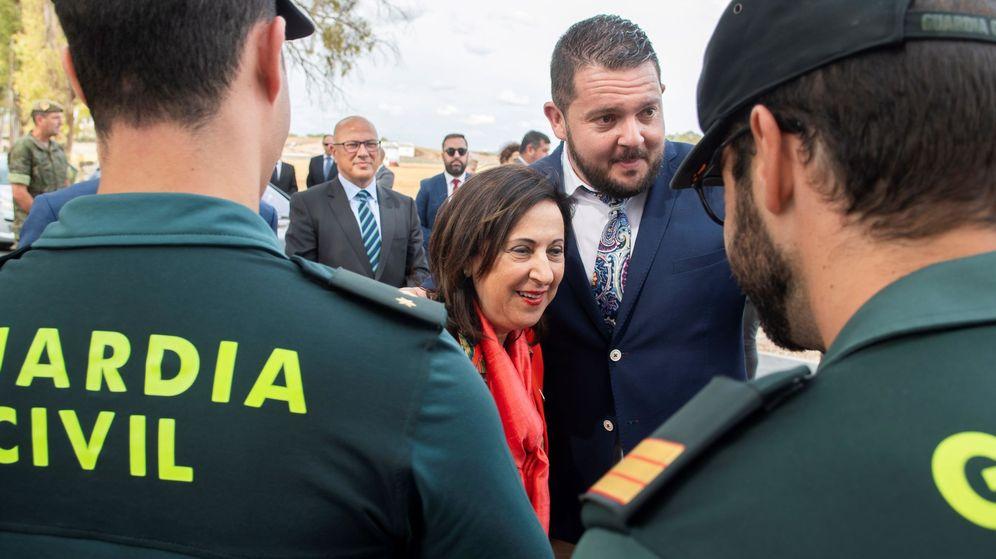 Foto: La ministra de Defensa en funciones, Margarita Robles, saluda a dos guardias civiles el pasado septiembre. (EFE)