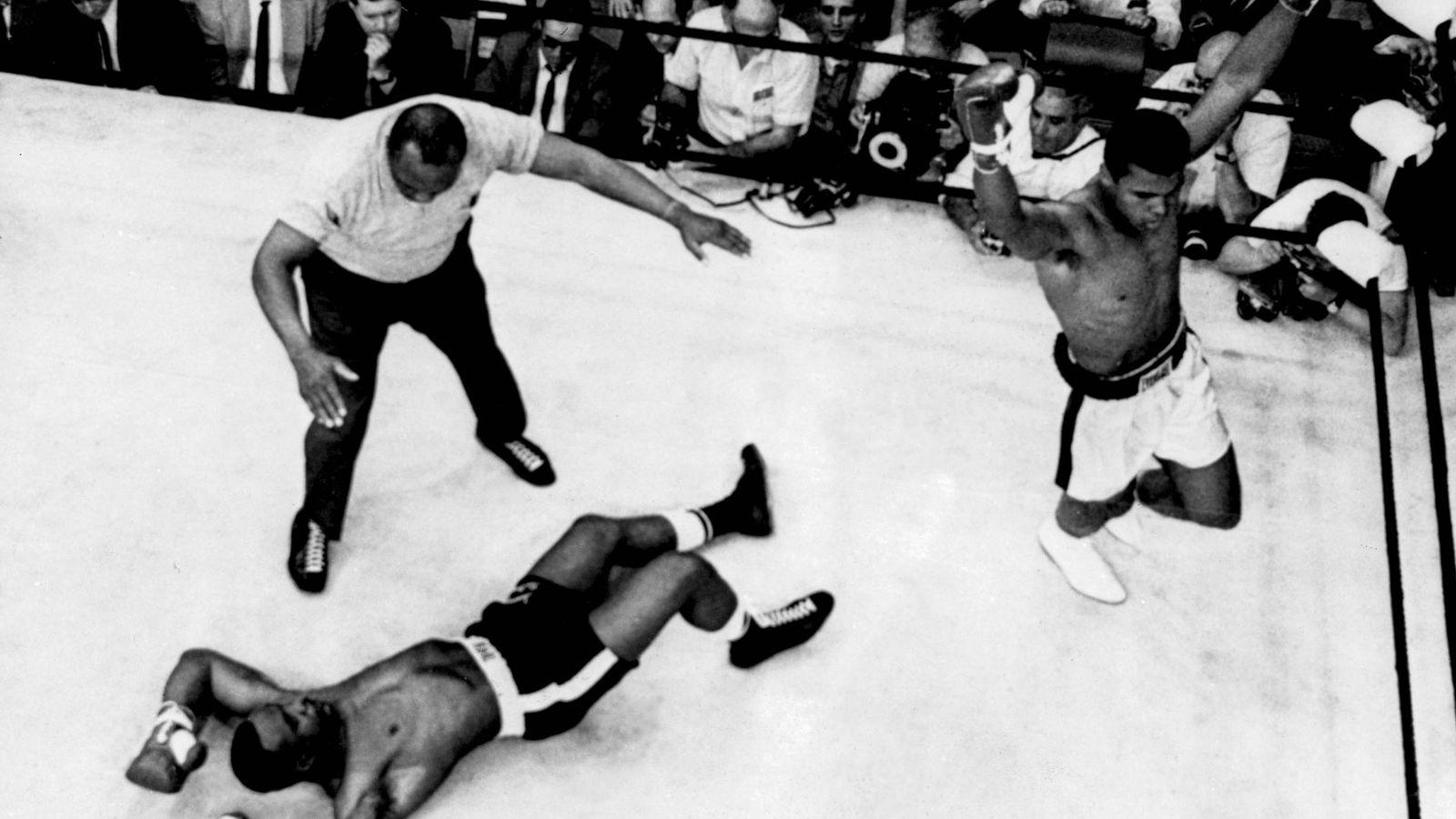 Foto: Liston, sobre la lona ante un victorioso Ali (Cordon Press).