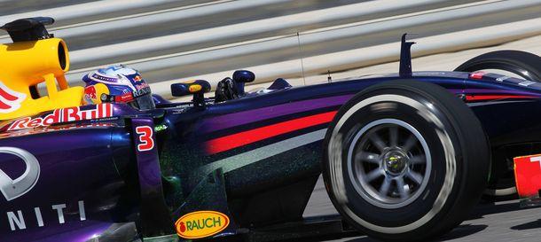 Foto: El australiano Daniel Ricciardo sobre el asfalto de Sakhir.