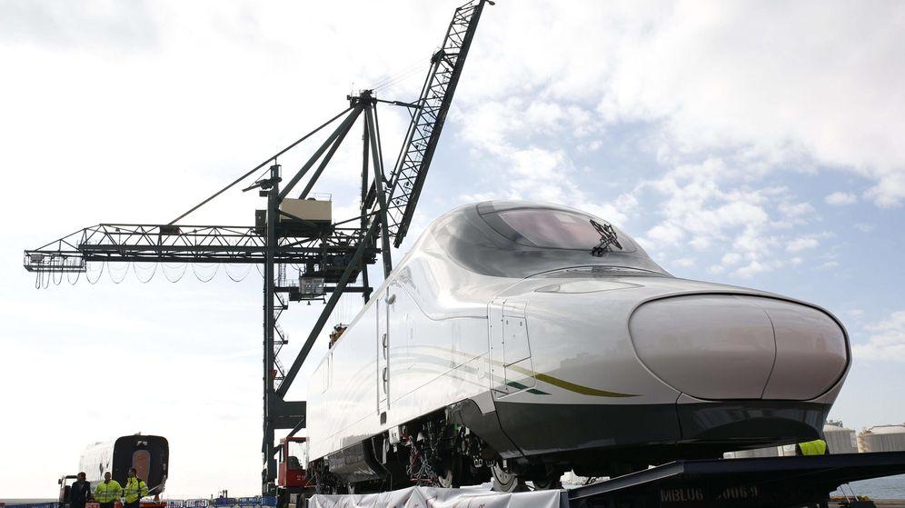 Foto: El primer AVE fabricado para Arabia Saudí parte del puerto de Barcelona. (EFE)