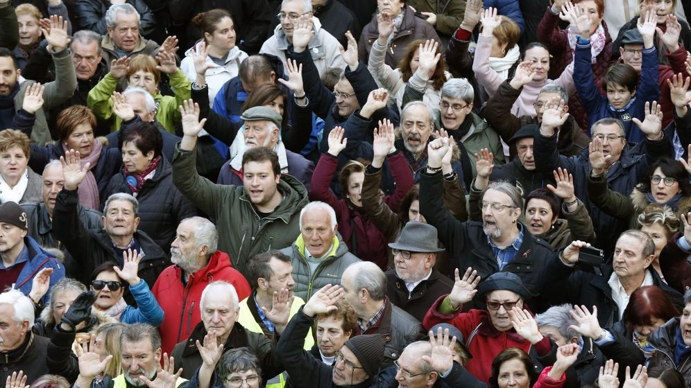 Foto: Cientos de jubilados, portestando por las pensiones en Bilbao. (EFE)