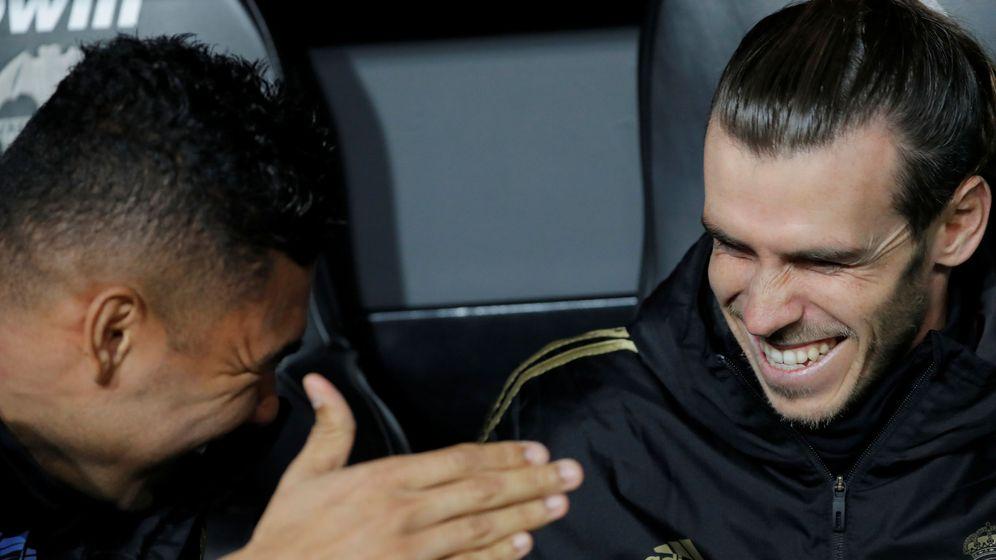 Foto: Gareth Bale, sonriente, junto con Casemiro en el banquillo del Real Madrid en Mestalla. (Efe)